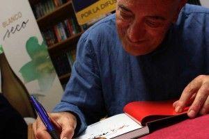 """Antonio firmando """"Yo, Asesino"""" por Alexis"""