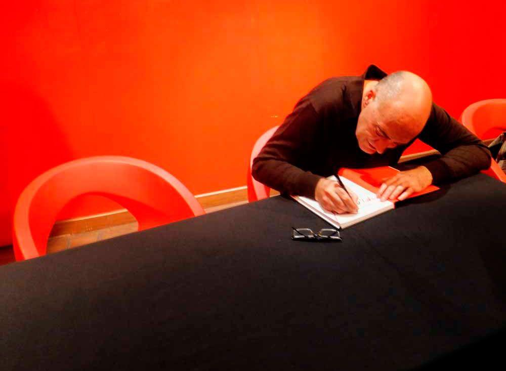 Antonio Altarriba dedicando un ejemplar